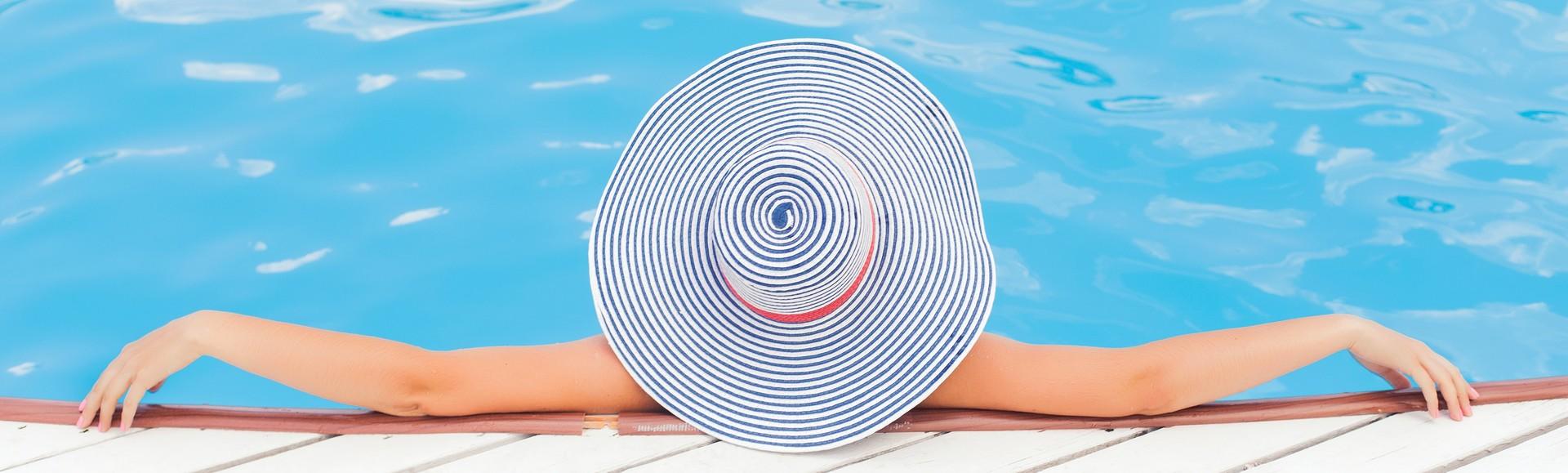 image femme piscine